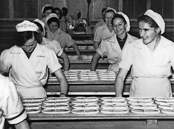 Huober Brezelproduktion im Jahr 1954